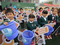 Children separating waste in Ningbo.